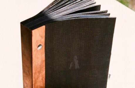 """Tema lib(e)ro"" Libri oggetto Biblioteca Comunale Ronchi dei Legionari (Udine).  Installazione: carta catramata, rame, plastica.  <em>dimensioni varie</em>"