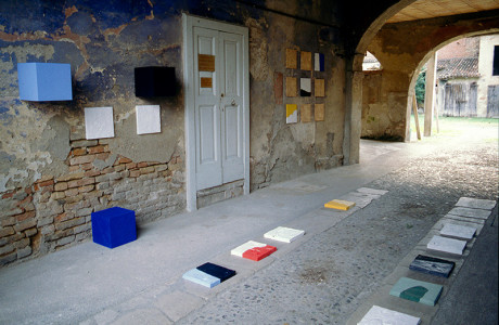 """""""Viraggio"""" Manerbio (Brescia).  Installazione: formelle in cemento, cubi di legno, silicio su tela, pigmenti.  <em>dimensioni varie</em>"""