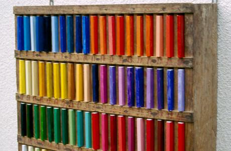 """""""Colore come effimero"""" Galleria Gradska Zagabria (Croazia).  Installazione: porta libri in legno, libri, pigmenti colorati.  <em>dimensioni varie</em>"""