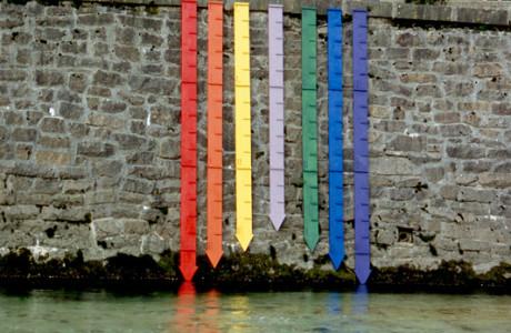 """""""Ibridamens"""" Tarcento (Udine).  Intervento sul fiume Torre.  Installazione: tavole colorate, pigmenti.  <em>dimensioni varie</em>"""