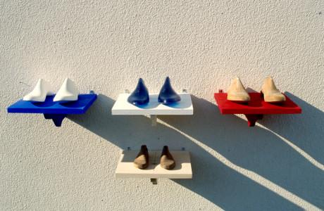 VittorioArte5 Vittorio Veneto (Treviso).  Installazione e pittura: forme in gesso, resina, legno, mensole dipinte, olio e acrilico su tela.  <em>dimensioni varie</em>