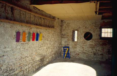 """Portici Inattuali"" Sitran d'Alpago (Belluno).  Installazione: oggetti vari, legni, pigmenti colorati.  <em>dimensioni varie</em>"