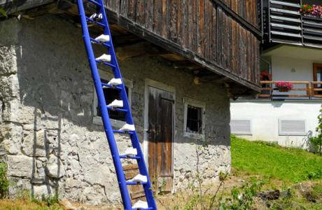 """""""SCARPET"""" Zoppè di Cadore (Belluno).  Installazione: scala in legno, forme in gesso e cemento, stoffa, spago, pigmenti.  <em>dimensioni varie</em>"""