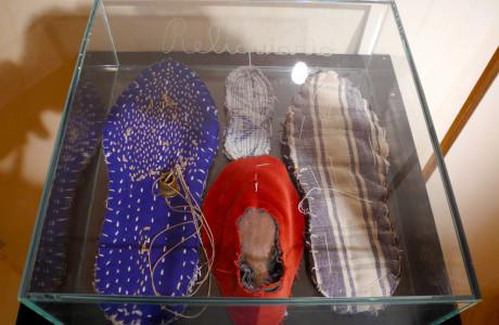 """""""SCARPET"""" Zoppè di Cadore (Belluno).  Installazione: legno, teca in vetro, stoffa, spago, ditale, ago.  <em>dimensioni varie</em>"""