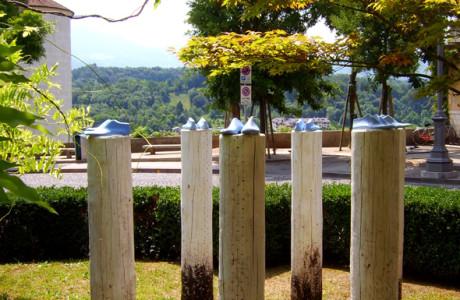 """""""Filo d'Arianna Festival"""" Belluno.  Installazione: legno, cemento, pigmenti, ferro, bitume, acrilico.  <em>dimensioni varie</em>"""