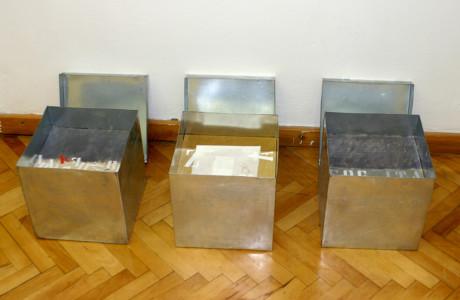 """""""In Viaggio"""" Galleria """"Izidor Krsnjavi"""" Zagabria (Croazia).  Installazione: scatole di zinco, olio su tela, cubi in legno, massonite, carta, acrilici, pigmenti.  <em>dimensioni varie</em>"""