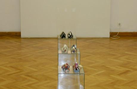 """In Viaggio"" Galleria ""Izidor Krsnjavi"" Zagabria (Croazia).  Installazione: forme di gesso, cubi in pexiglass, vetri, stoffa, spago.  <em>dimensioni varie</em>"