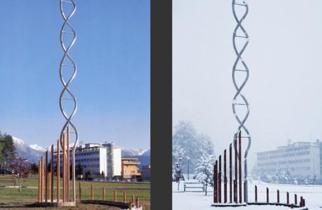 Installazione permanente, opera realizzata con gli artisti G. Vazza e G. Ricci, nel parco dell'Ospedale S. Martino di Belluno.  Installazione: acciao inox, rame, struttura in cemento armato.  <em>dimensioni varie</em>