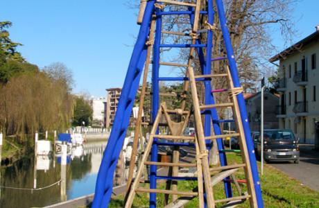 """""""11.12"""" Rassegna di Arte Contemporanea - Cervignano del Friuli (Udine).  Installazione: scale in legno di tiglio, tubi in plexiglass, pigmenti colorati, corda di canapa.  <em>dimensioni varie</em>"""
