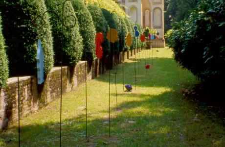 """""""Memorie e attese"""" XLVI Biennale d'Arte di Venezia e le Venezie Villa Pisani (Venezia).  Installazione: pigmenti, ferro, legni colorati.  <em>dimensioni varie</em>"""