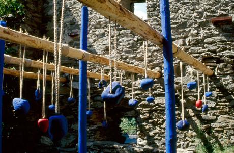 """Internationales Holzbidhauersymposium"" Liebenfels (Austria).  Installazione: legni, sassi, corda, pigmento bleu.  <em>dimensioni varie</em>"