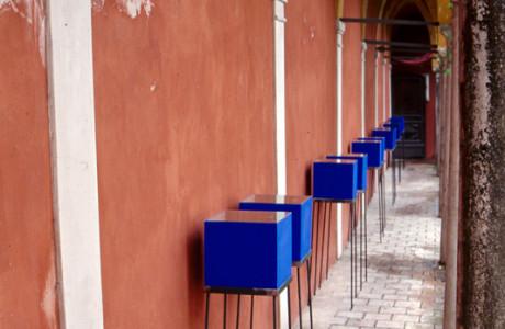 """""""Hicetnunc"""" omaggio a P.P.Pasolini - S. Vito al Tagliamento (Pordenone).  Installazione: terra del Friuli, semi vari, vetro, cubi di legno, ferro, stoffa.  <em>dimensioni varie</em>"""