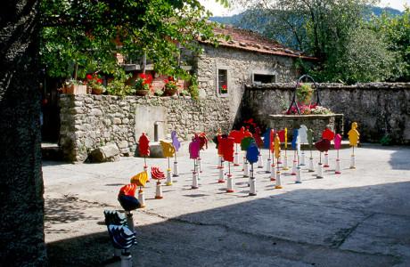 """Installazioni artistiche"" Pontremoli (Massa Carrara).  Installazione: legni, isolatori in ceramica Richard Ginori, ferro, pigmenti.  <em>dimensioni varie</em>"