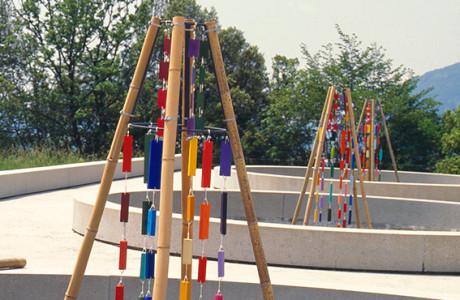 """""""Macchina di Pace"""" Osoppo (Udine).  Installazione: ferro, bambù, legni, corda, suoni vari, pigmenti.  <em>dimensioni varie</em>"""