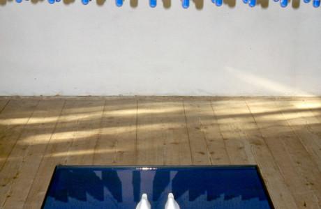"""""""Caos Italiano"""" S. Vito al Tagliamento (Pordenone).  Installazione: provette, vetro, ferro, forme in gesso, pigmento bleu.  <em>dimensioni varie</em>"""
