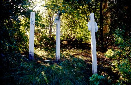 """""""4° Internationales Bidhauersymposium"""" Maria Saal (Austria).  Installazione: forme in cemento, formelle in cemento con impronte, legno, chiodi battuti a mano, acrilico, bitume.  <em>dimensioni varie</em>"""