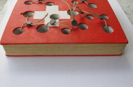 """2018Titolo <strong>""""I Segreti della Valle dell' Emme""""</strong> <p style=""""text-align: justify;"""">Materiali:Libro, acrilico, spago, sigilli di piombo.</p> <p style=""""text-align: justify;""""><em>dimensione:</em>17x24x3</p>"""