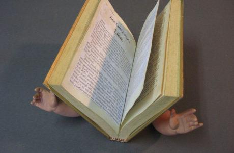 "2019Titolo <strong>""Livro""</strong> <p style=""text-align: justify;"">Materiali:Libro, acrilico oro, celluloide, collage.</p> <p style=""text-align: justify;""><em>dimensione:</em>15x22x3</p>"